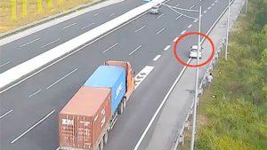 Ô tô liều lĩnh đi lùi 6km trên cao tốc Hà Nội – Hải Phòng, suýt gây tai nạn thảm khốc
